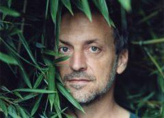 O cantor francês Mathieu Boogaerts se apresenta no Teatro Maison de France