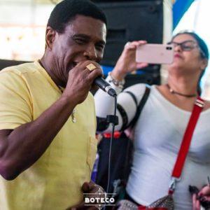 Neguinho da Beija-Flor faz o povo sambar durante o Festival de Comida de Boteco em Nova Friburgo