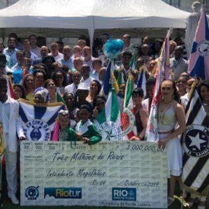 Prefeito Marcelo Crivella assina cheque liberando verba para o Carnaval da Liesb na Intendente Magalhães