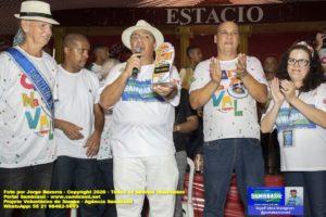 Portal Sambrasil recebe o Troféu Olhômetro durante a festa de lançamento CD dos Sambas de Enredo – Carnaval 2020 da Aesm-Rio, realizada no Berço do Samba