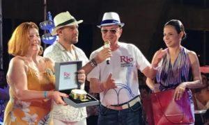 O marquês da Sapucaí Maurício Mattos entrega Tamborim de Ouro à família de João Nogueira