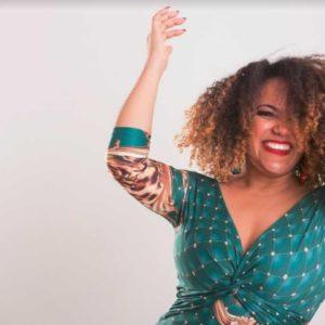"""Elem Narah apresenta """"LUZ DA MINHA VIDA"""" em noite de amor e solidariedade no Trapiche Gamboa"""