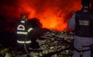 Incêndio de grandes proporções destrói parte do galpão do Boi Caprichoso em Parintins