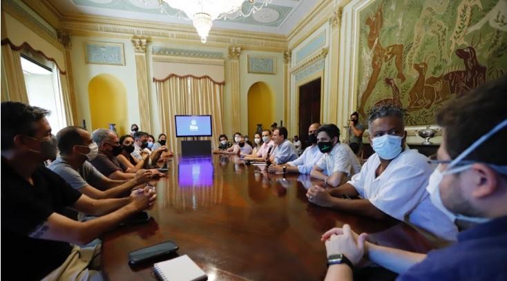 O prefeito Eduardo Paes e o secretário de Educação Marcus Faustini durante reunião com representantes dos blocos do Rio - Beth Santos/Prefeitura do Rio