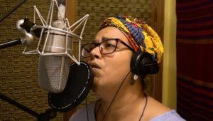Saravá, Paz e Bem é a saudação musical de Elisa Fernades